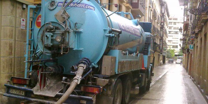 Desatascos con camiones cisterna dotados de equipos mixtos de absorción de residuos y bomba de alta presión.